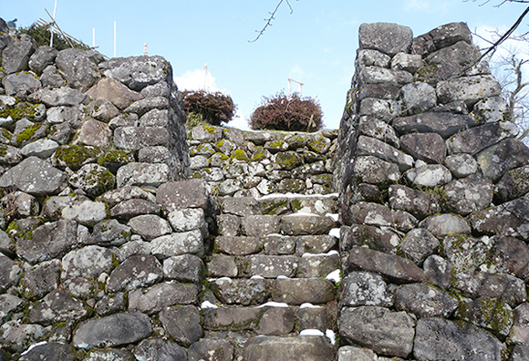 Stone wall (musha-bashiri [running warrior passage])